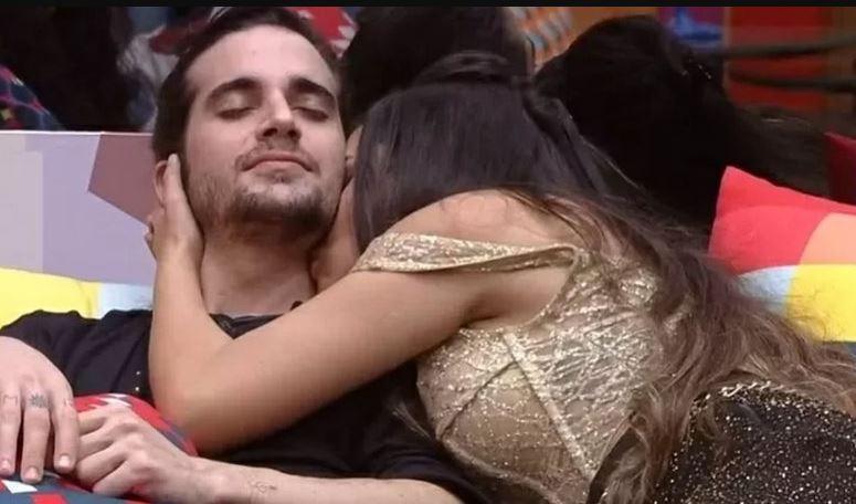 Juliette beija pescoço de Fiuk na sala do BBB21