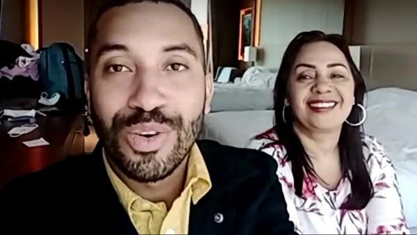 Gilberto posa ao lado da mãe durante entrevista