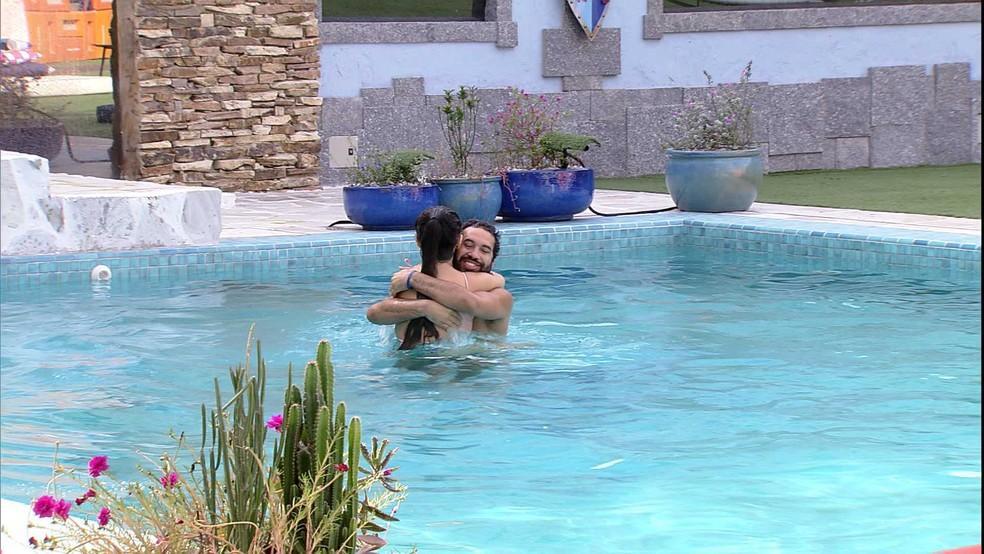 Gilberto está abraçando Juliette na piscina do bbb21