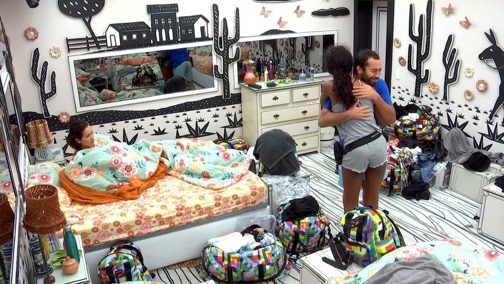 Gilberto emocionado está abraçando Camilla de Lucas no quarto cordel do BBB21 e Juliette deitada na cama