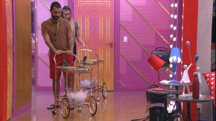 Gilberto empurrando carrinho de comida no BBB21