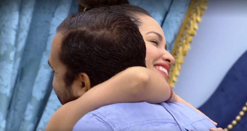 Gilberto e Juliette se abraçam no quarto do líder do BBB21