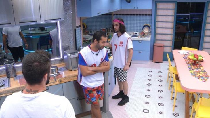 Caio, Fiuk e Gilberto conversando na cozinha do BBB21