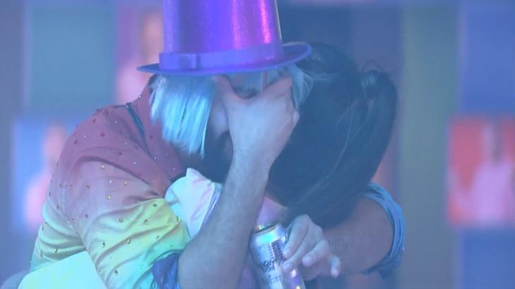 Gilberto chorando com a mão no rosto abraçado com Juliette