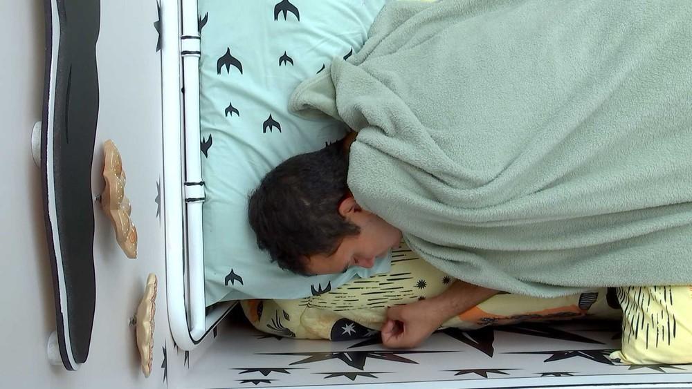 Gilberto chora deitado na cama do quarto cordel