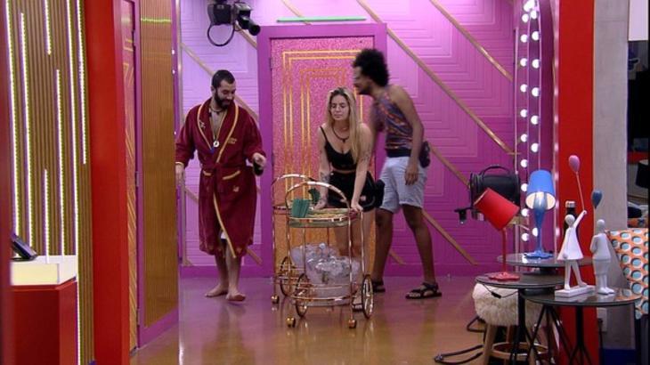 Gilberto, Viih Tube e João Luiz empurrando o carrinho com comes e bebes