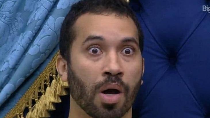 Gilberto com a boca aberta e espantado no BBB21