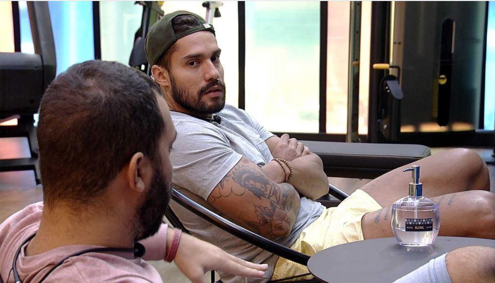 Na academia, Gilberto conversa com Arcrebiano