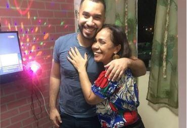 Gilberto posa ao lado da mãe fora do reality show