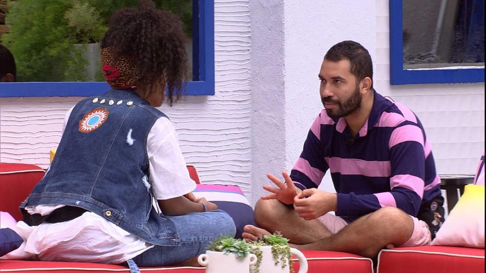 Na área externa, Gilberto conversa com Lumena