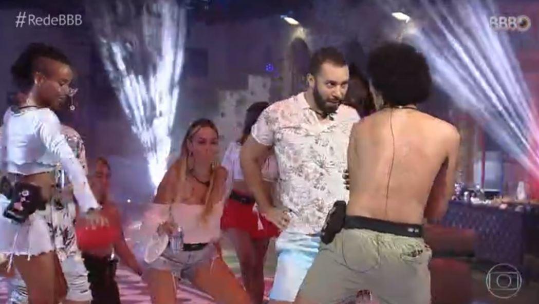 Gilberto dança Britney Spears durante festa