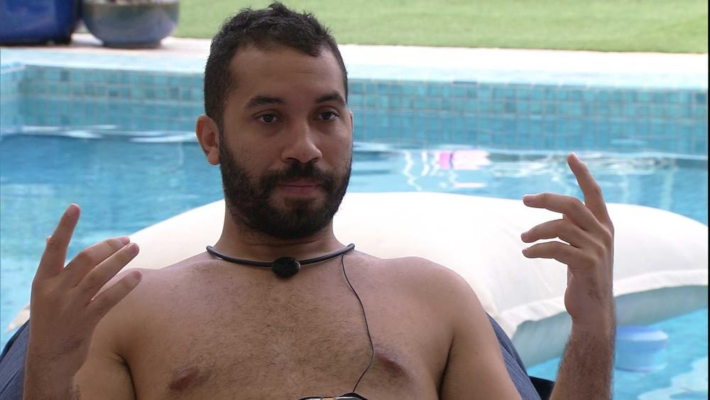 À beira da piscina, Gilberto conversa com Caio