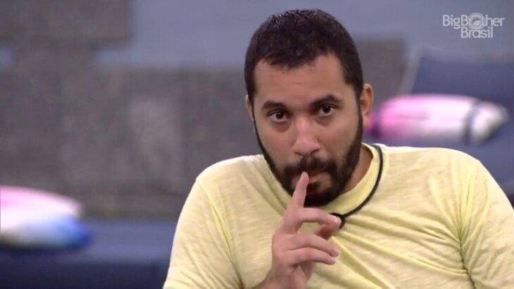 Gilberto com o dedo na boca