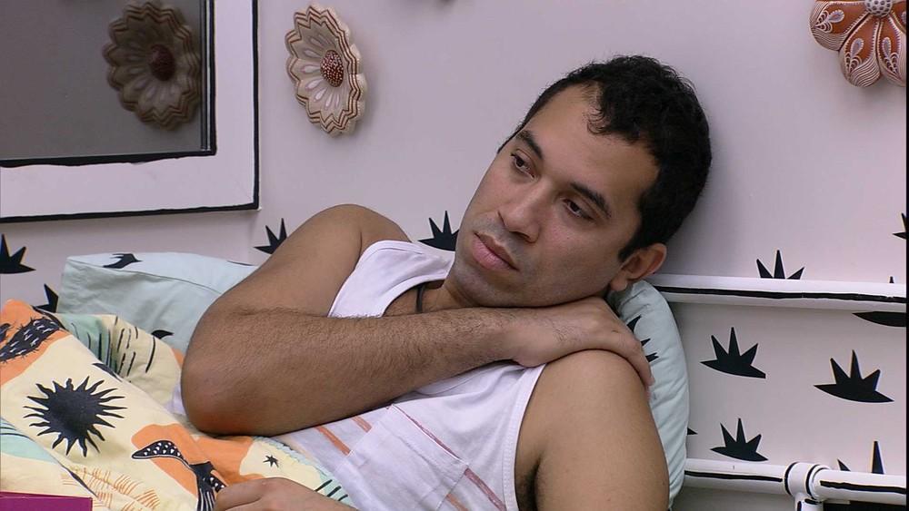 Gilberto está deitado na cama do quarto cordel