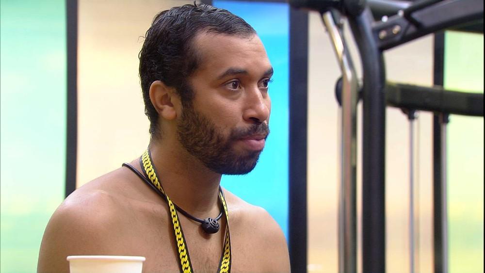 Gilberto está sentado na academia do BBB21