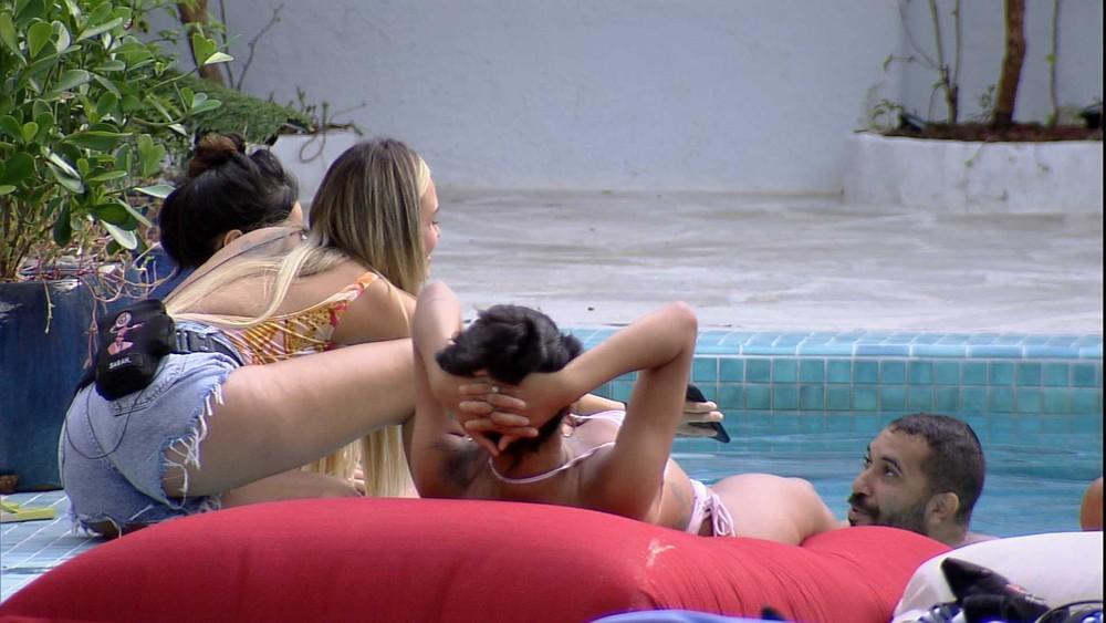 À beira da piscina, Gilberto conversa com Juliette, Pocah e Sarah