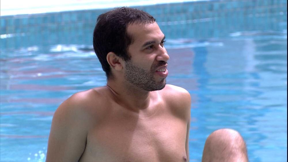 Gilberto está à beira da piscina do BBB21