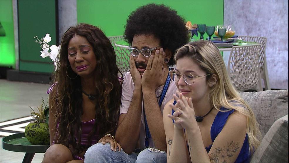 Camilla de Lucas, João Luiz e Viih Tube aparecem emocionados sentados no sofá em almoço do anjo do BBB21
