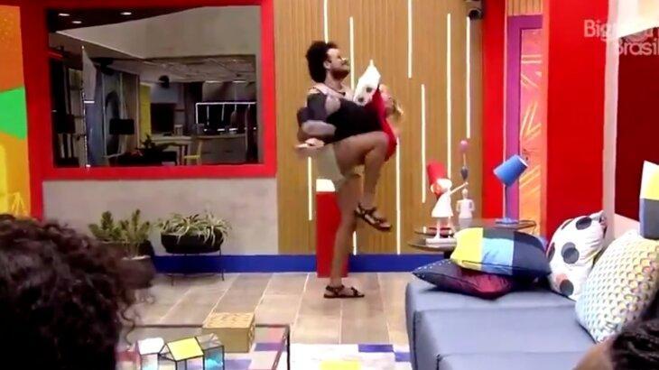 João Luiz carrega Carla após pancada no rosto da atriz