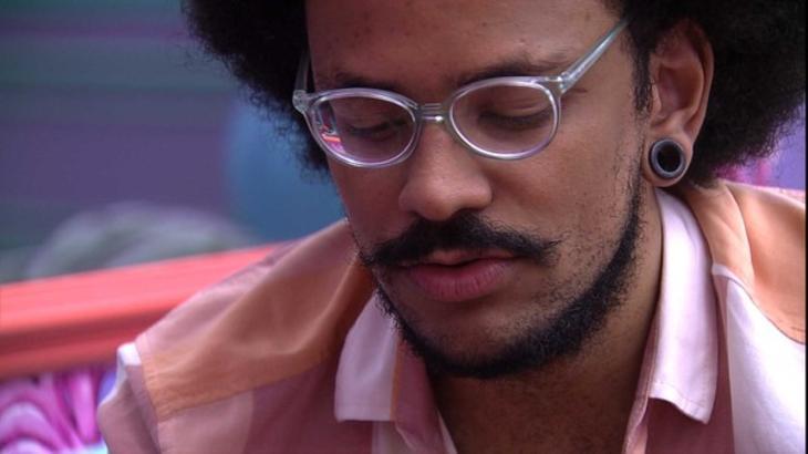João Luiz durante conversa no quarto colorido