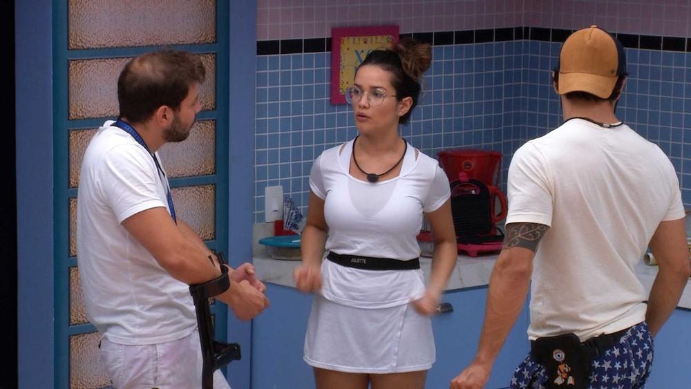 Na cozinha, Juliette conversa com Caio e Rodolffo