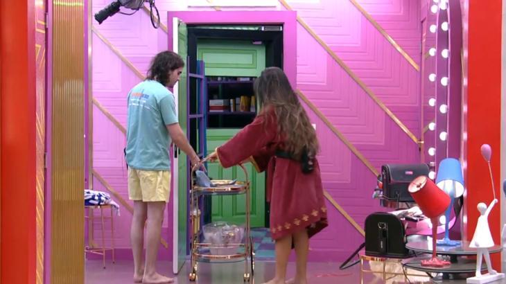 Juliette puxando o carrinho de comida