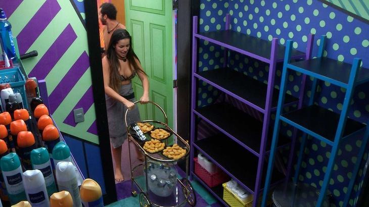 Juliette puxando carrinho com comida