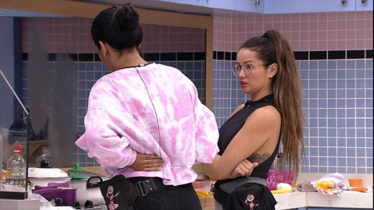 Juliette e Pocah conversando em pé na cozinha do BBB21
