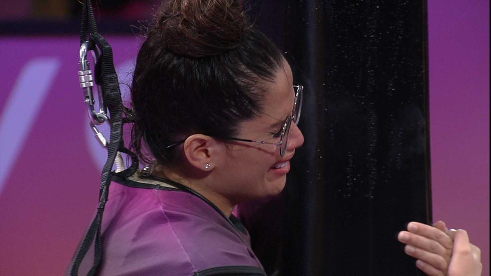 Juliette chorando agarrada ao objeto preto na prova de resistência do BBB21