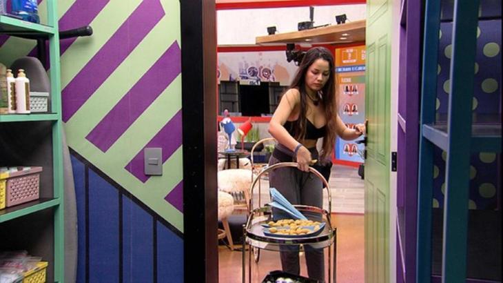 Juliette retirando o carrinho de comida da despensa