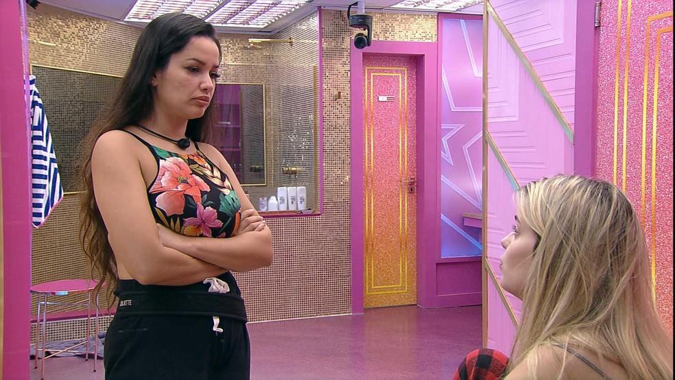 Juliette com os braços cruzados olhando para Viih Tube que está conversando com a sister no BBB21