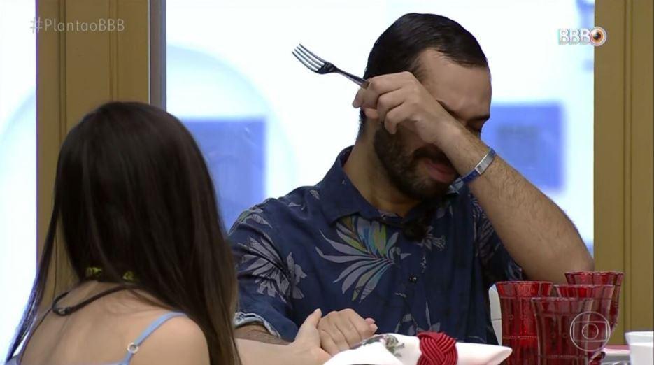 Gilberto e Juliette estão sentados à mesa no quarto do líder do BBB21