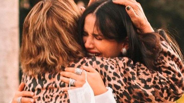 Juliette emocionada chorando abraçando sua mãe