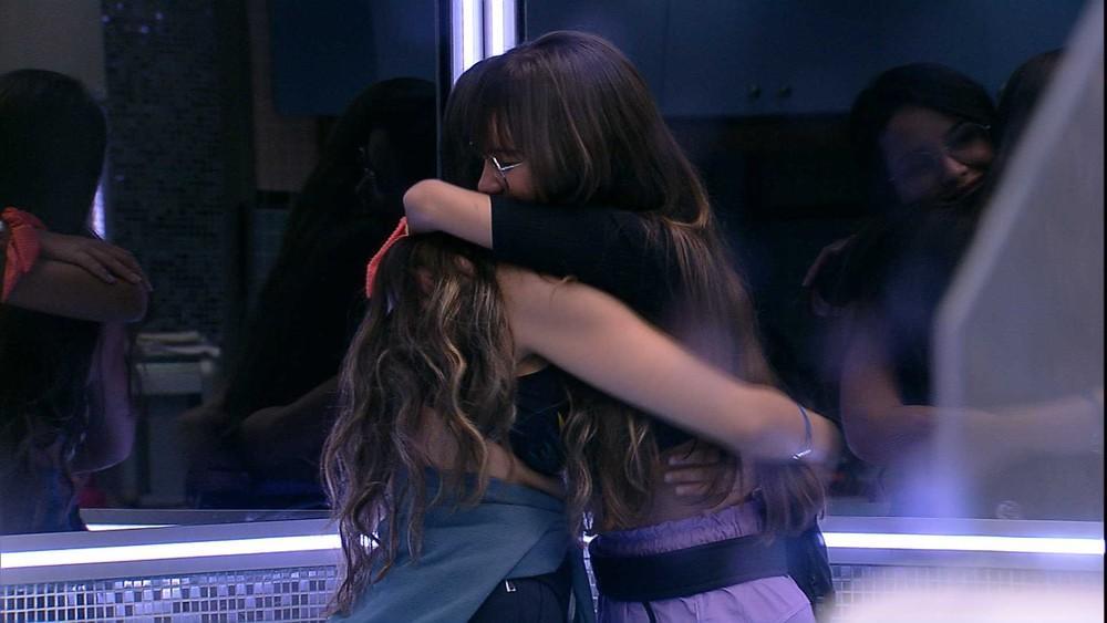 Thaís e Juliette se abraçam no BBB21