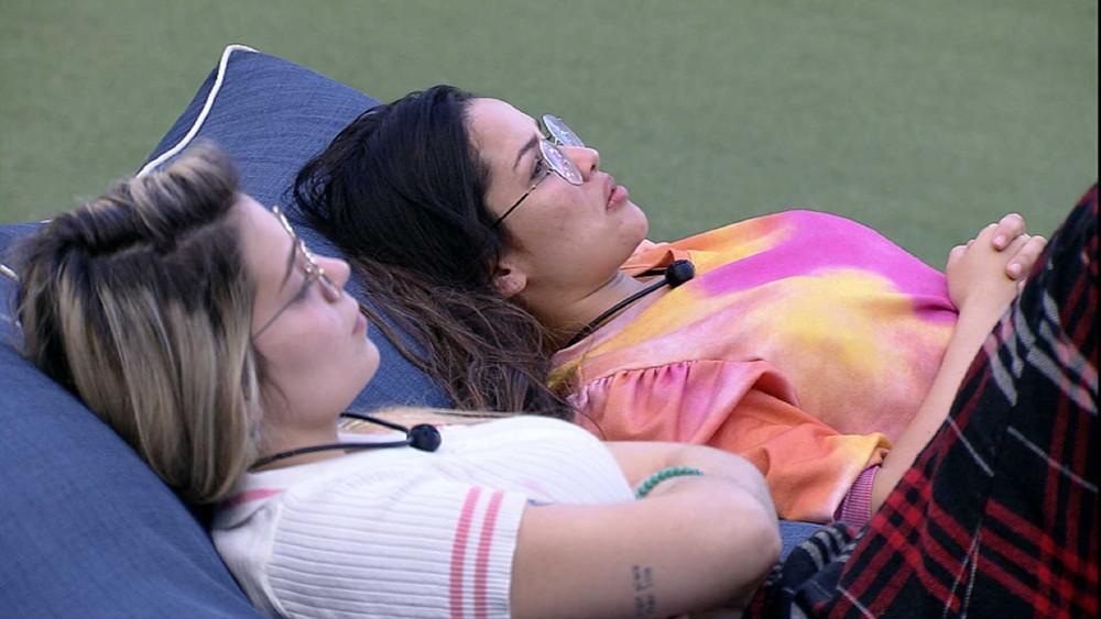 Viih Tube está deitada com Juliette no gramado do BBB21