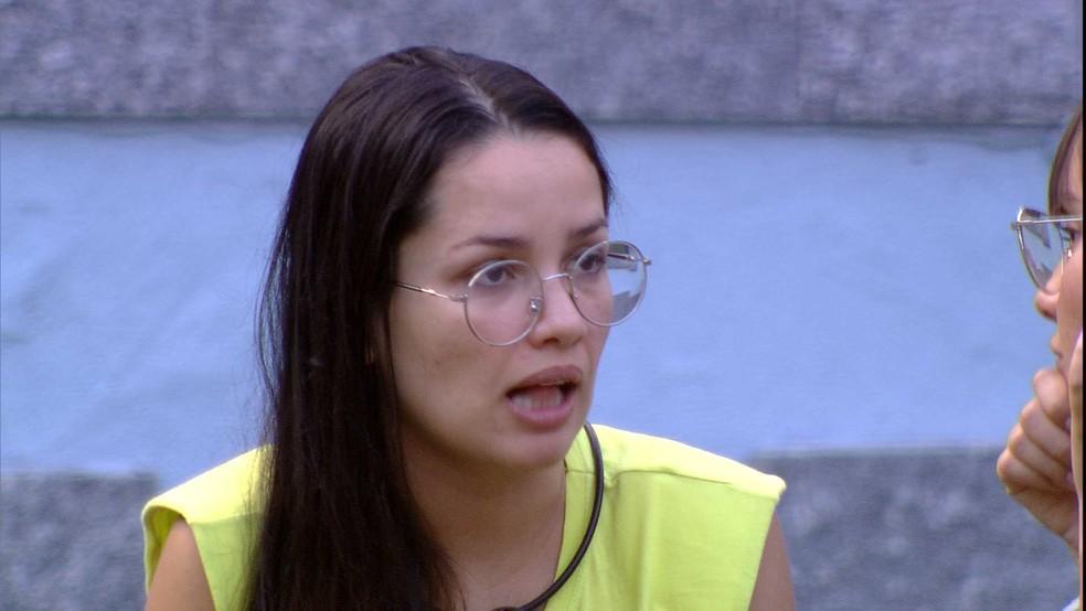 Juliette conversa com Thaís no gramado do BBB21