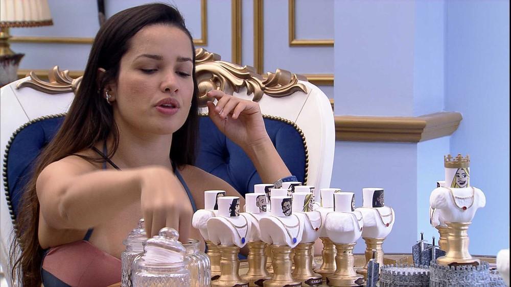 No quarto do líder, Juliette manipula boneco dos brothers enquanto fala sobre o jogo