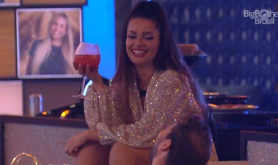 Juliette está com drink na mão durante a festa