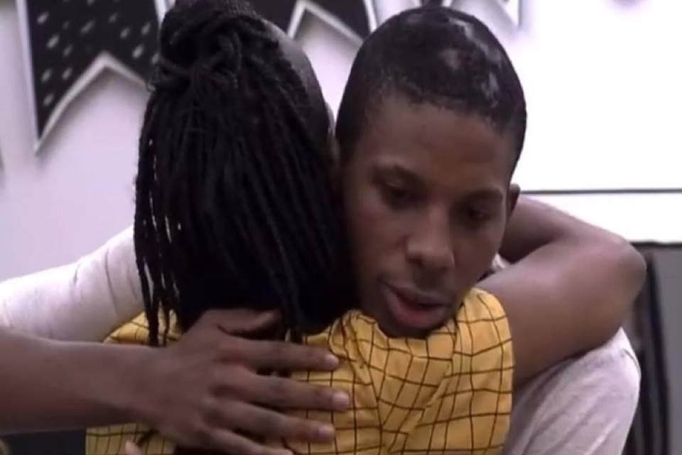Lucas e Karol se abraçam no quarto Cordel
