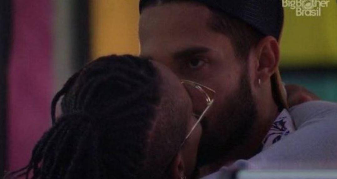 Karol beija Arcrebiano, que está com o olho aberto