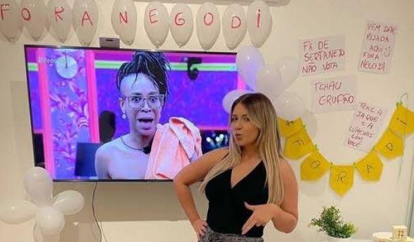 Marília Mendonça posa em festa para a eliminação de Nego Di