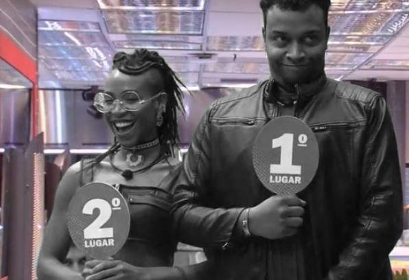 Nego Di está com plaquinha de primeiro lugar e Karol de segundo lugar no BBB21