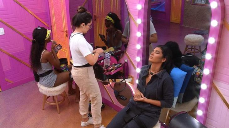 Juliette, Camilla e Pocah se maquiando no camarim do BBB21
