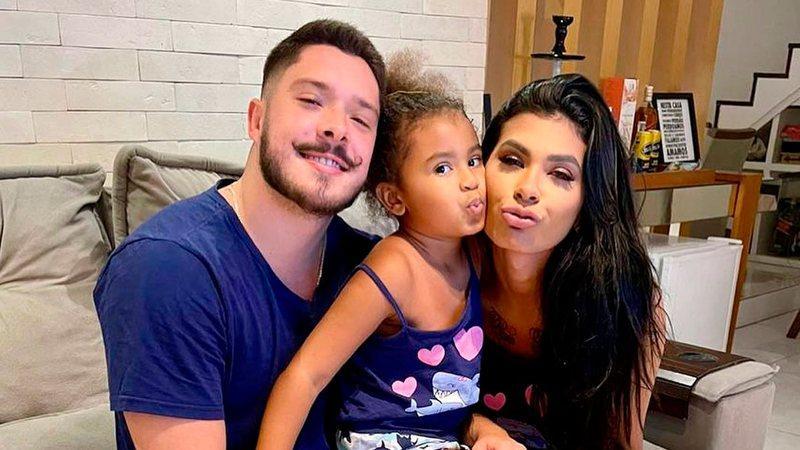 Ronan Souza, Vitória e Pocah posam juntos na casa da funkeira