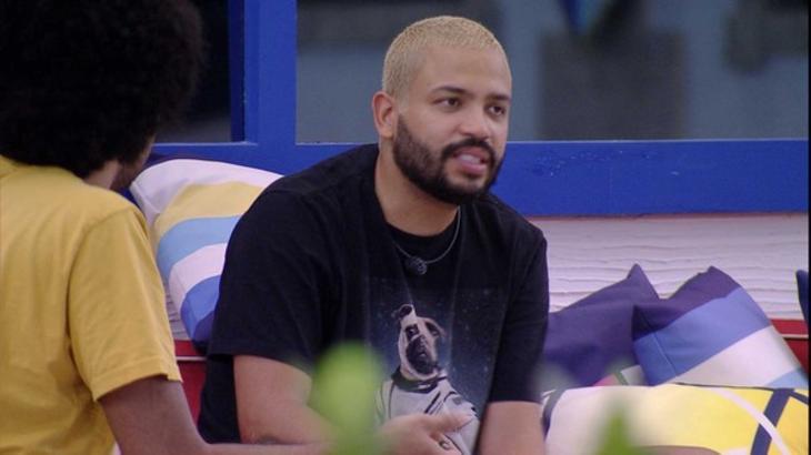 Projota conversando com João Luiz na área externa do BBB21