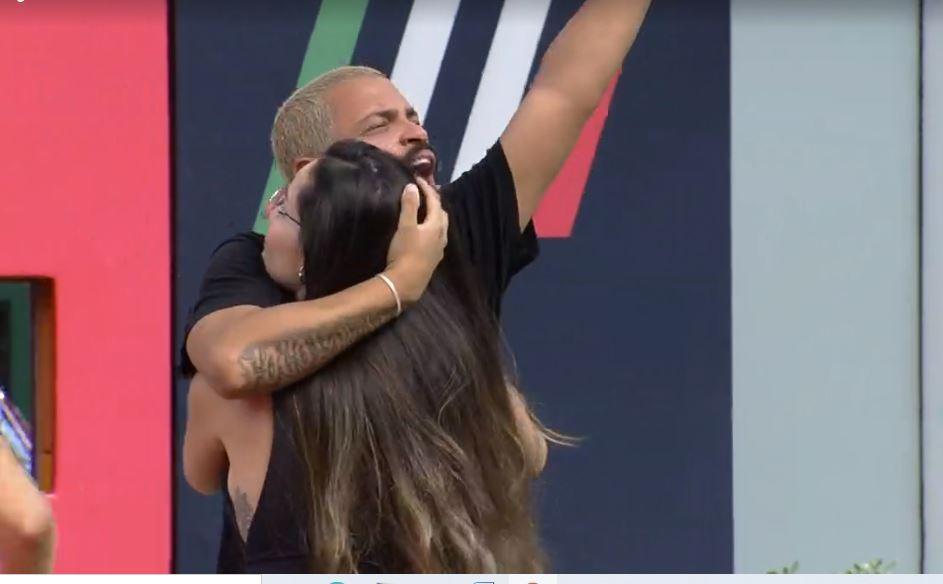 Projota abraça Juliette durante comemoração