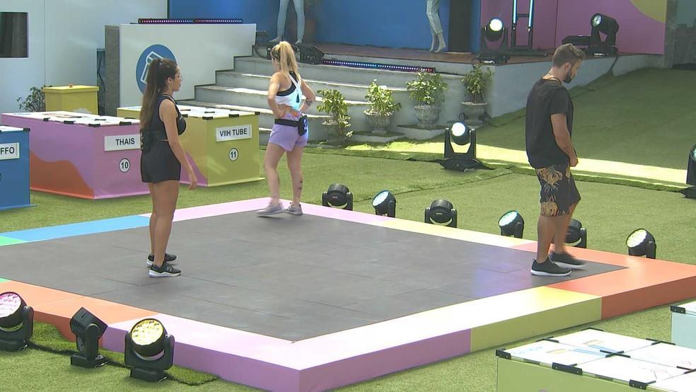Juliette, Viih Tube e Arthur dançando na pista da dança na área externa do BBB21