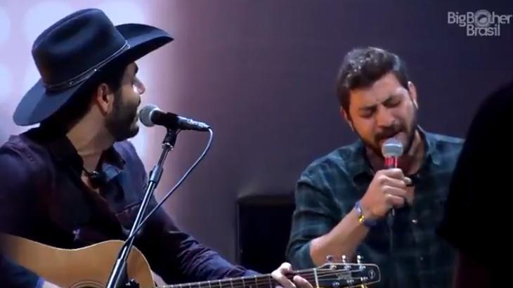 Caio e Rodolffo cantando no BBB21