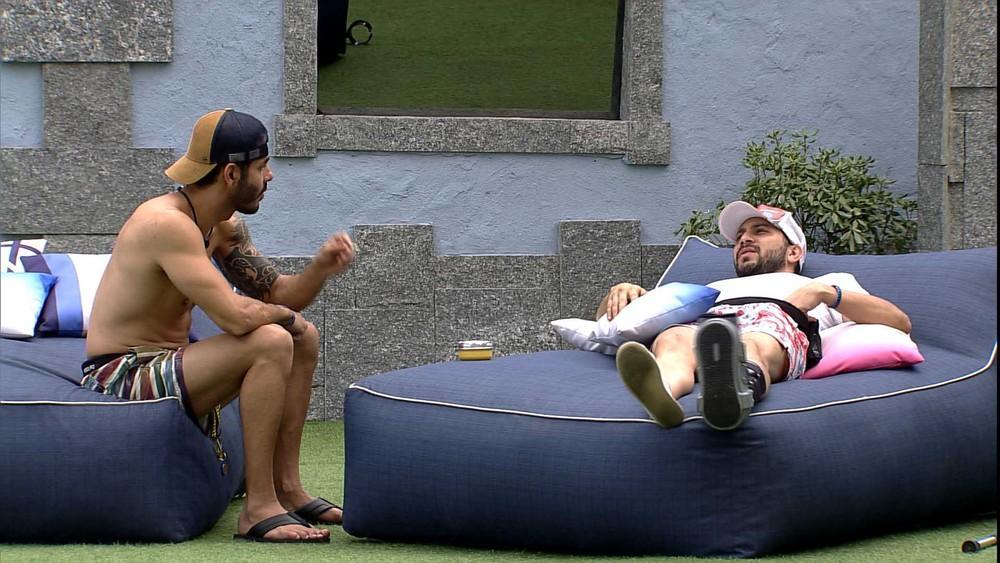 Na área externa, Rodolffo conversa com Caio