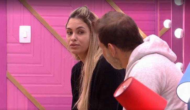 Sentada em frente ao confessionário, Sarah conversa com Caio